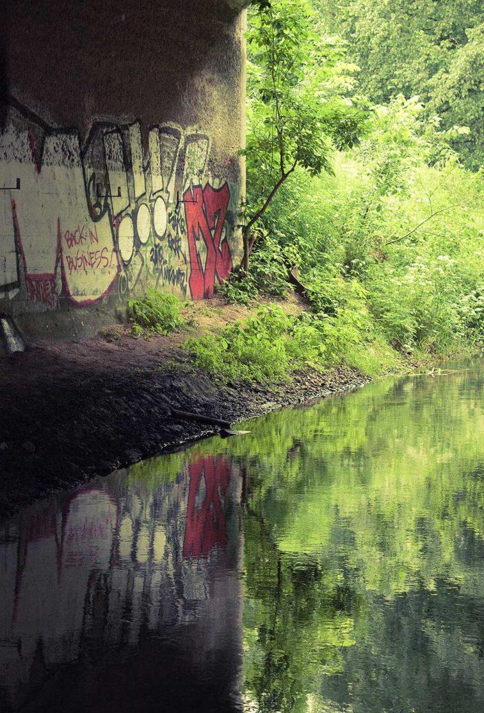 Graffiti reflejado en agua