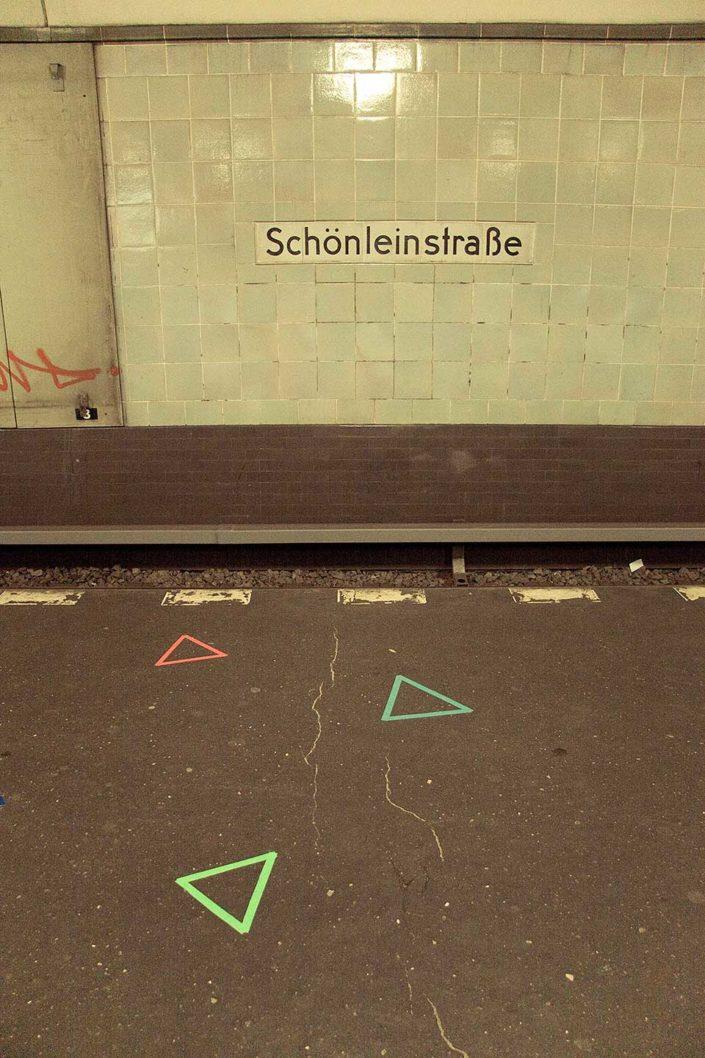 Triángulo pegado en el suel de una estación de metro