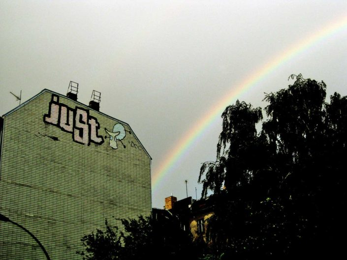 Grafitti de Just y arco iris