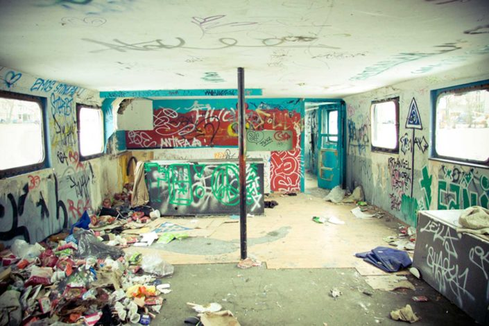 Graffitis en interior de un baro abandonado