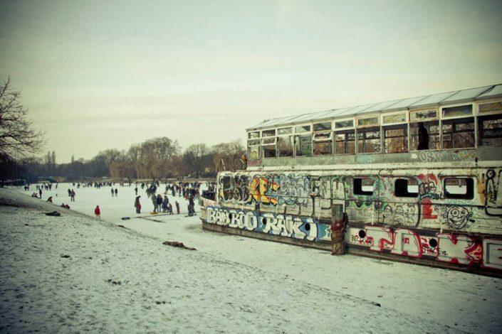 Barco abandonado en canal nevado