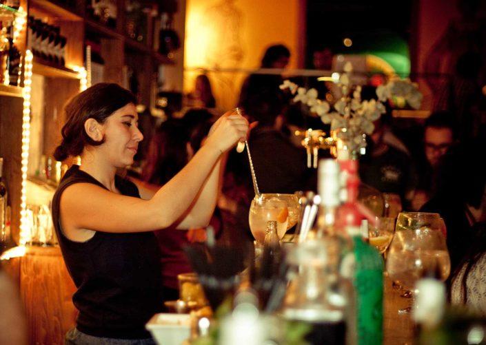 Camarera en barra de bar