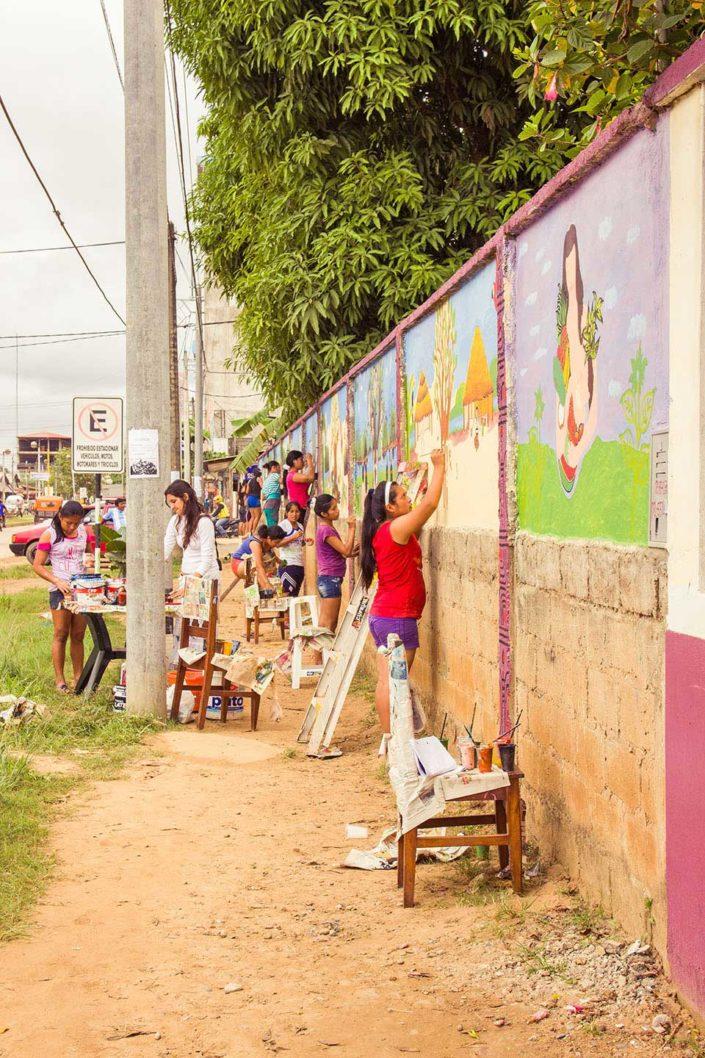 niñas pintando