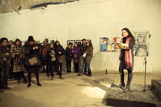 Mujer recitando delante de espaectadores