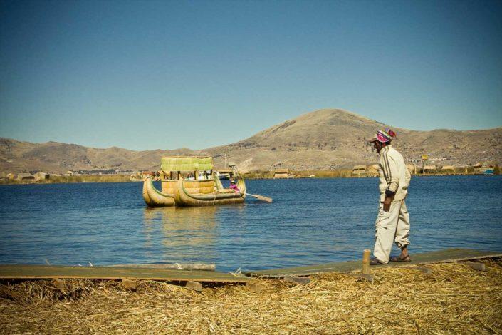 Hombre, lago y embarcación