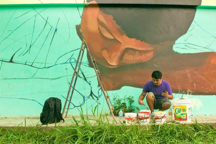 artista pintando