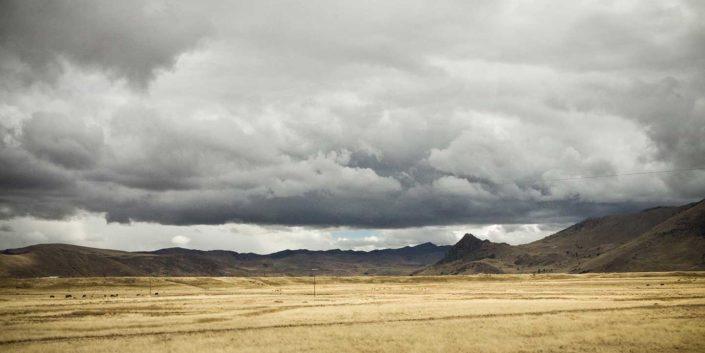 Paisaje árido y nubes