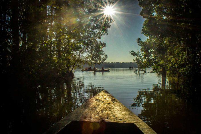 Bote de madera entrando en el Lago Sandoval