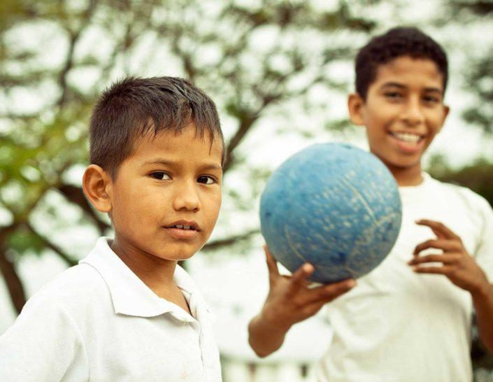 Niños con una pelota azul