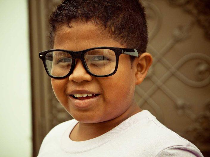 Niño con gafas sonriendo