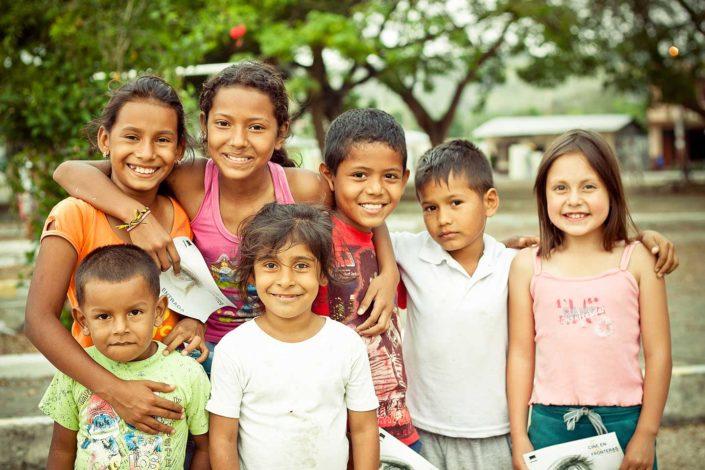 Grupo de niños mirando a la cámara