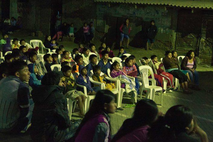 Niños mirando una película al aire libre