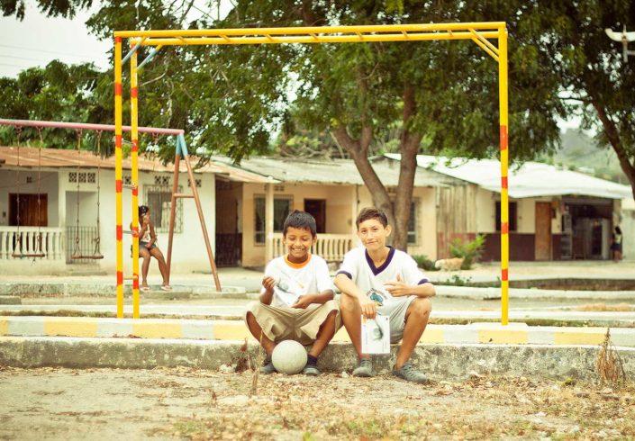 Niños en portería de fútbol