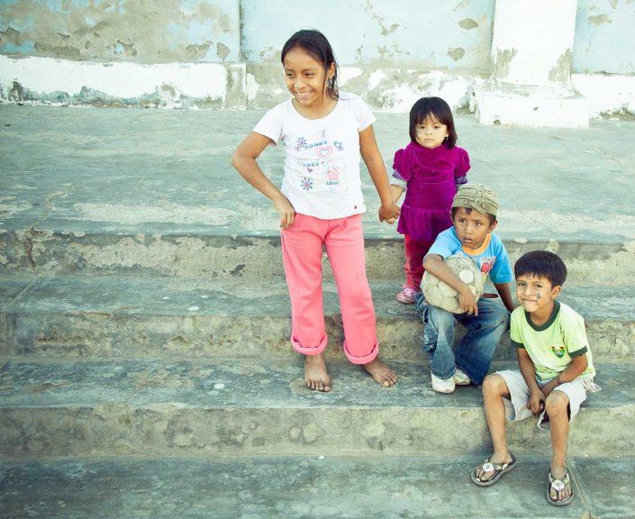 Niños en una escalera