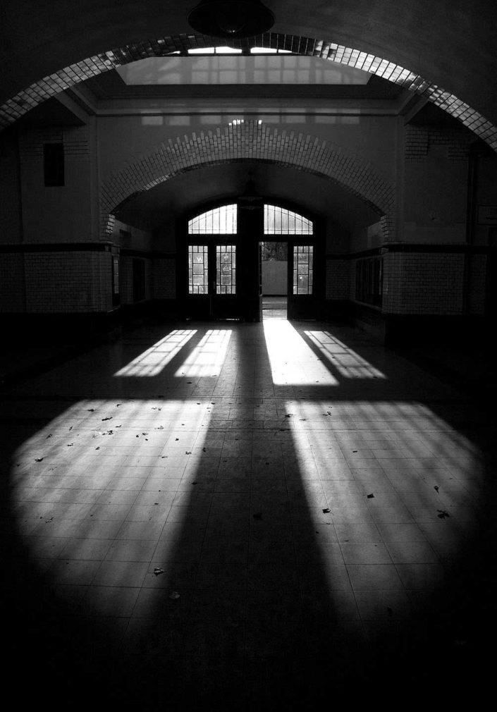 Puertad e estación de metro en blanco y negro