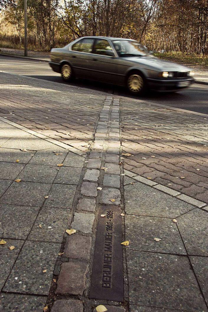 Placa conmemorativa del muro de Berlín y coche
