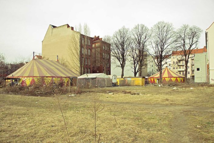 Solar, edificios y carpa de circo