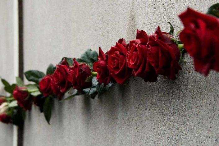 Rosas rojas en el Memorial del Muro de Berlín