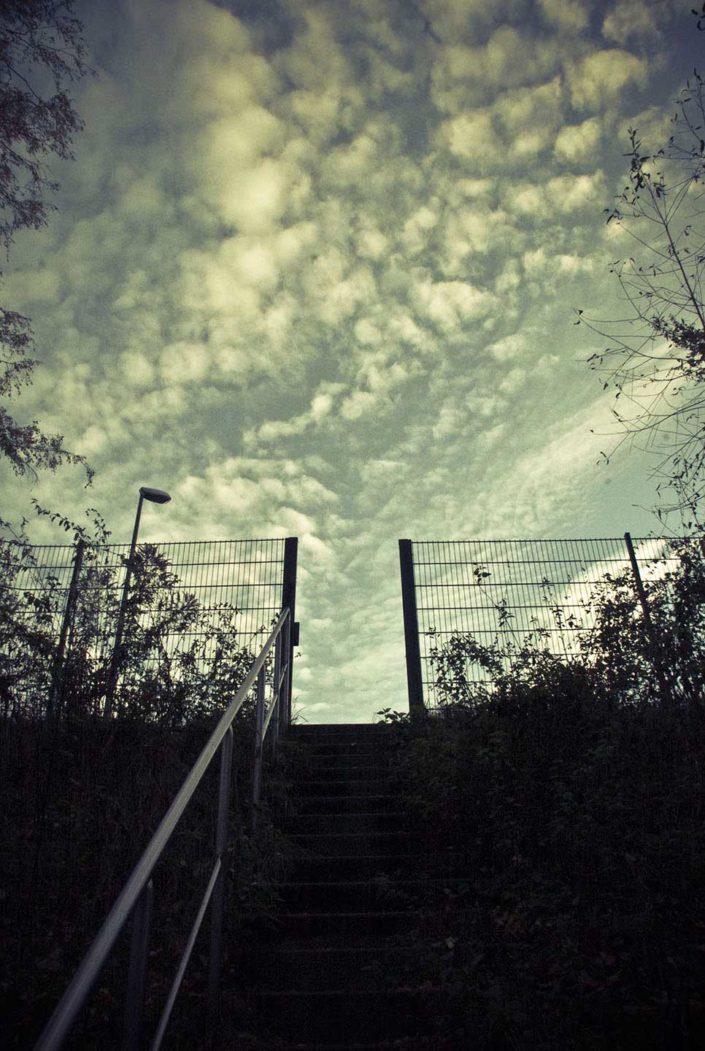 Escalera, alambrada y cielo