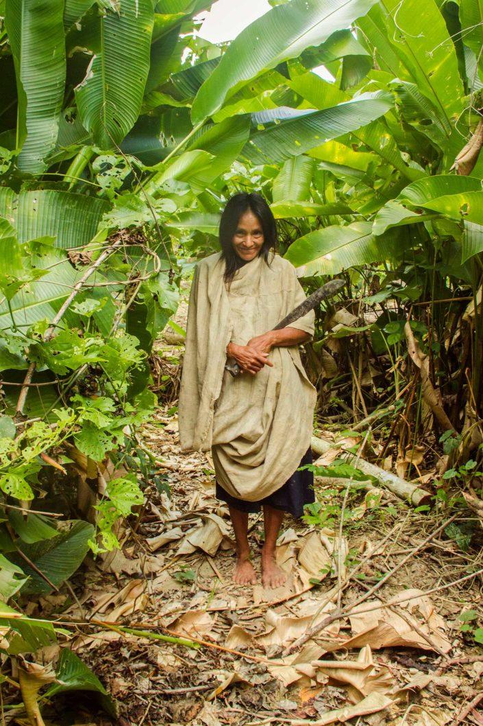 Mujer Machiguenga soosteniendo un machete
