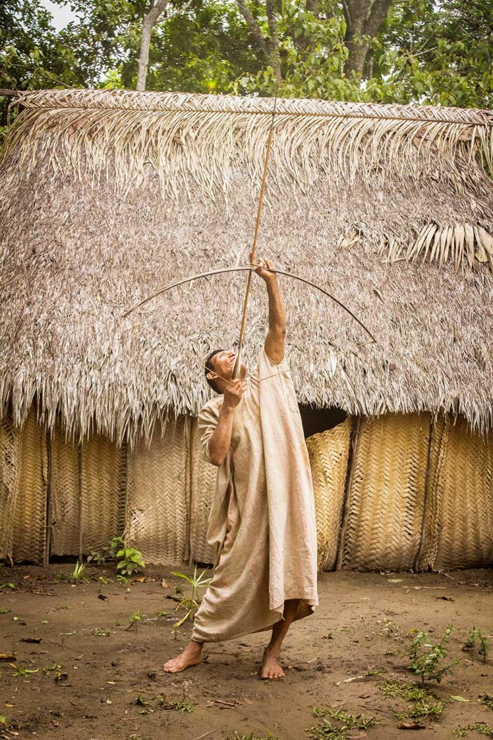 Hombre de etnia Machiguenga tirnado una flecha con un arco