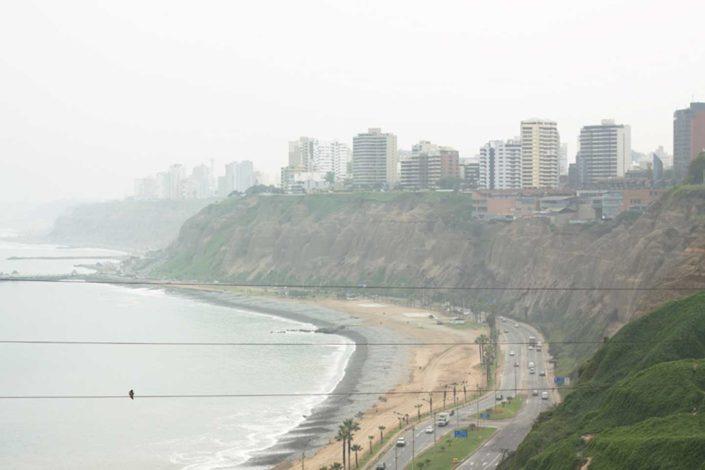Ciudad encima de un barranco que da al océano Pacífico