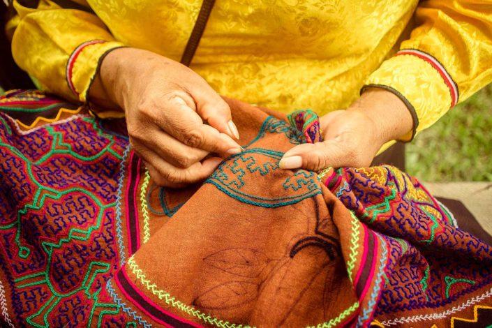 Manos de mujer de etnia Shipibo cosiendo