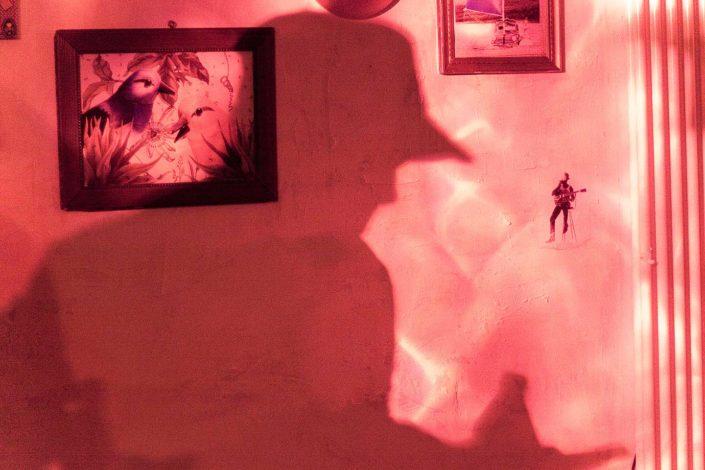 sombra de silueta de persona en la pared