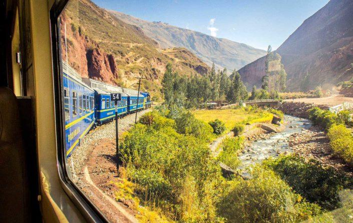 Tren azul, montañas de los Andes