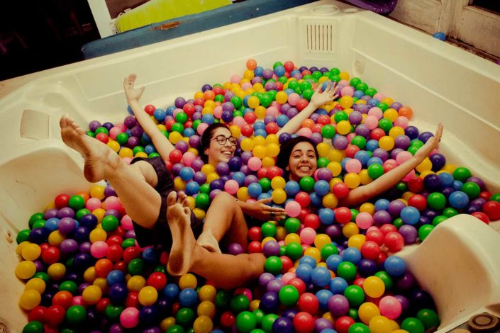 Mujeres en una piscina de pelotas de colores