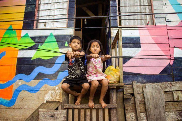 Niños en puerta de casa pintada
