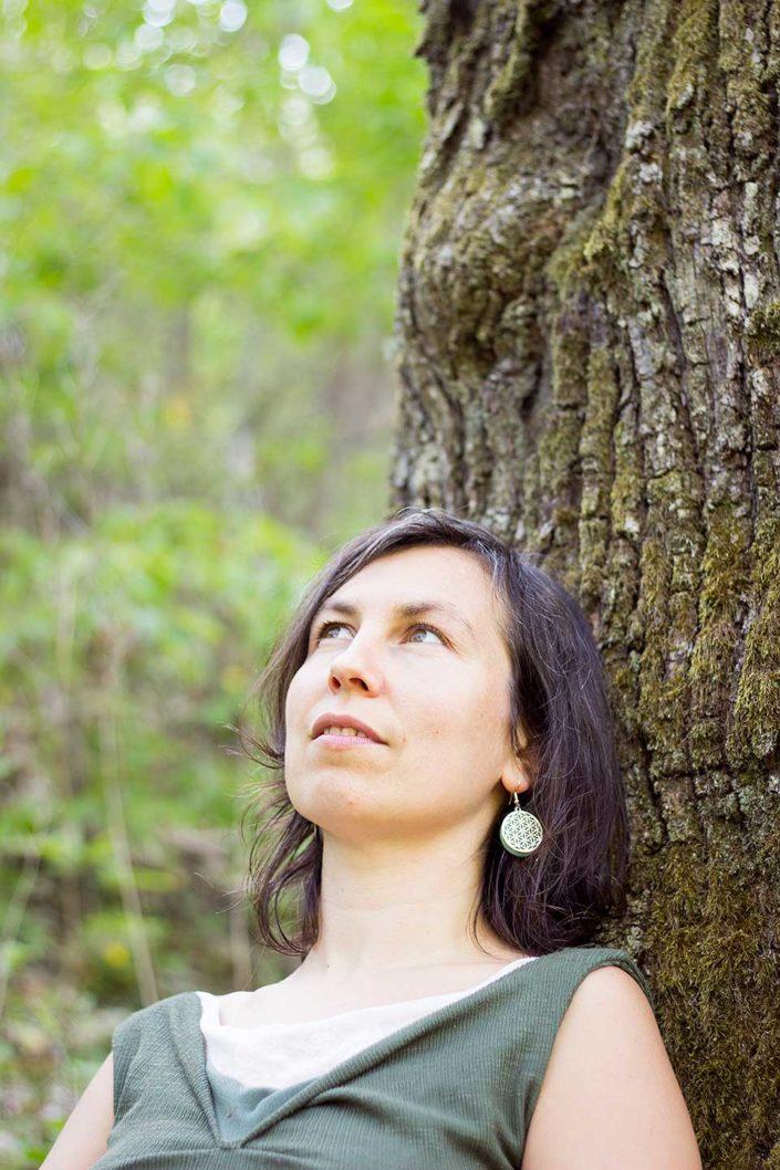 Retrato de mujer apoyada en un árbol