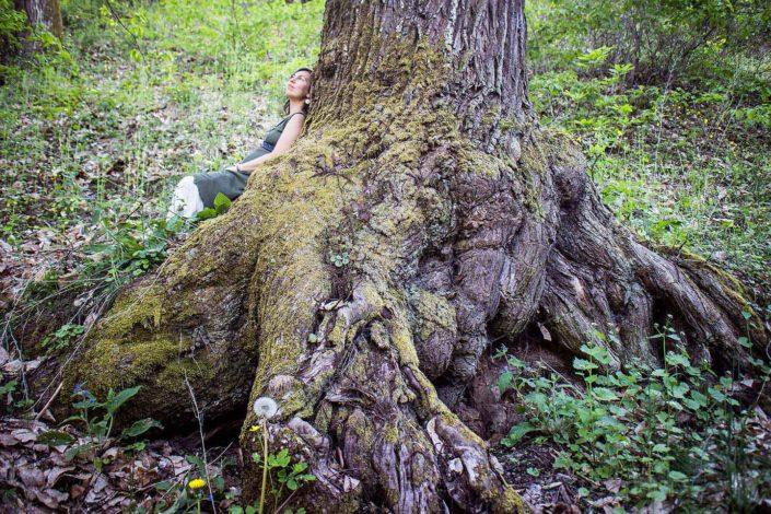 Mujer acunada por un árbol