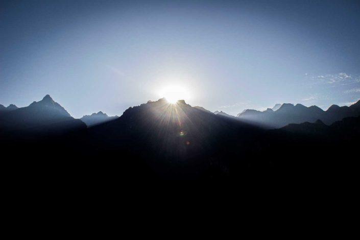 Amanecer detrás de la montaña de Sahuasiray