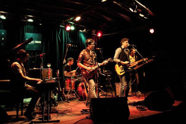 Banda de música toncando en un escenario