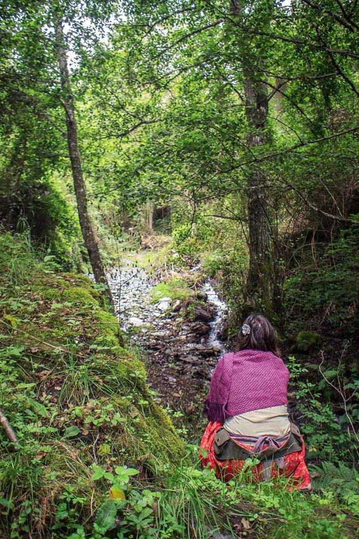 Mujer sentada en el bosque